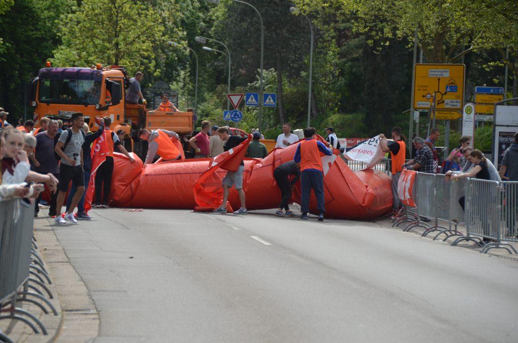 Die letzten Läufer sind gestartet, der Startbogen wird abgebaut.